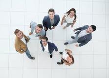 Vue supérieure un groupe des jeunes heureux Photographie stock libre de droits