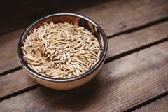 vue supérieure une cuvette de grains d'avoine sur un fond en bois, nourriture naturelle photo libre de droits