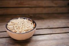 vue supérieure une cuvette de grains d'avoine sur un fond en bois, nourriture naturelle photos libres de droits