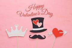 Vue supérieure Valentine& x27 ; le fond de jour de s avec les cabines drôles de photo étaye : chapeau, moustache, coeur avec la f Photo libre de droits