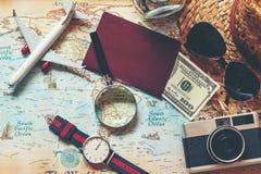 Vue sup?rieure d'homme d'accessoires et d'articles de voyageur avec le noir pendant des vacances de planification de voyage sur l image libre de droits