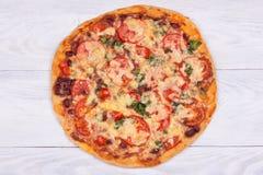 Vue sup?rieure de pizza domestique sur le fond en bois blanc images stock