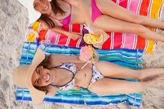 Vue supplémentaire d'une femme soulevant son cocktail avec son ami à Image stock