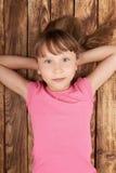 Vue supérieure d'une petite fille se trouvant dessus de retour Photographie stock libre de droits