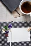 Vue supérieure de crayon sur le papier blanc avec la tasse de thé Photo stock