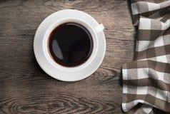Vue supérieure de tasse de café noir sur la vieille table en bois avec la nappe Images libres de droits