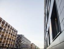 Vue sur de nouveaux bâtiments modernes, coin de façade et ciel, stationnements sur la ligne photo libre de droits