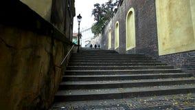 Vue sur des escaliers sur le côté de la place cafedral de Prague banque de vidéos