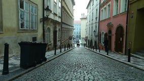 Vue sur des escaliers sur le côté de la place cafedral de Prague clips vidéos