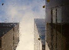 Vue sur des gratte-ciel par le toit en verre Photographie stock libre de droits