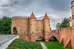 Vue sur des murs de Barbakan et des tours un jour nuageux, Varsovie Pologne Photographie stock libre de droits