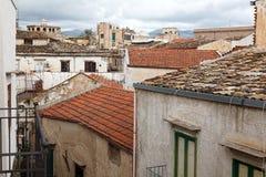 Vue sur des toits de maison dans la rue étroite Image libre de droits