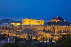 Vue sur l'Acropole la nuit images stock
