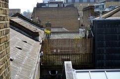 Vue sur l'arrière-cour et les toits dans la ville de Londres photographie stock libre de droits