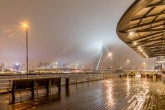 Vue sur l'Erasmusbridge de Holland Amerikakade par nuit Photos libres de droits