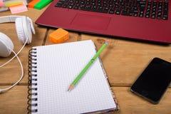 Vue sur l'espace de travail de bureau d'étudiant universitaire Images stock