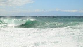 Vue sur l'Océan Atlantique avec les vagues et le dessus le bâti Teide sur Ténérife, Espagne Photo libre de droits