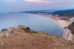 Vue sur la baie et la plage de Sarayskiy au lever de soleil Lac Baikal Île d'Olkhon Russie Photographie stock libre de droits