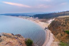 Vue sur la baie et la plage de Sarayskiy au lever de soleil Lac Baikal Île d'Olkhon Russie Photos libres de droits