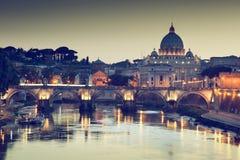 Vue sur la basilique de Tiber et de rue Peter Photos stock