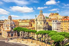 Vue sur la basilique Ulpia, Roma Fora, colonne du ` s de Trajan et Santa Maria di Loreto de Vittoriano photos stock