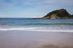Vue sur la belle île Santa Clara dans la baie de conque de la plage sablonneuse dans San Sebastian, Espagne Image stock
