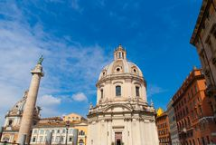 Vue sur la colonne et l'église Trojan, Rome Photographie stock libre de droits