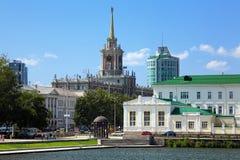 Vue sur la construction d'hôtel de ville à Yekaterinburg Photographie stock libre de droits
