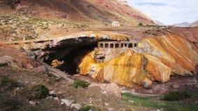 Vue sur la formation d'Inca Bridge au-dessus de la rivière de Vacas en Argentine banque de vidéos