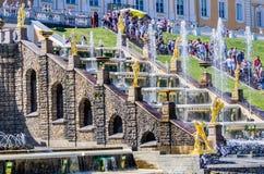 Vue sur la grande fontaine de cascade dans Peterhof, Russie Image stock