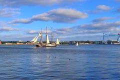 Vue sur la mer baltique au port de Kiel avec quelques bateaux et bateaux pendant la semaine de Kiel photographie stock libre de droits