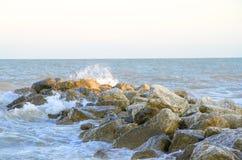 Vue sur la mer orageuse dans la soirée images stock