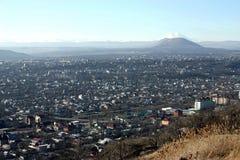 Vue sur la montagne Elbrus et la ville Pyatigorsk Photographie stock