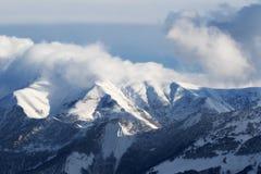 Vue sur la pente hors-piste avec des montagnes de forêt et de lumière du soleil Images libres de droits