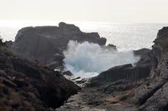 Vue sur la petites baie et vagues Photo libre de droits