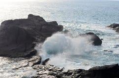 Vue sur la petites baie et vagues Images stock