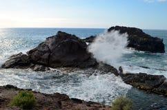 Vue sur la petites baie et vagues Photos stock