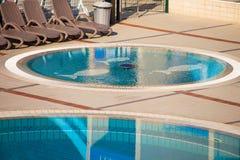Vue sur la piscine vide Photos stock