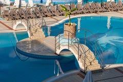 Vue sur la piscine vide avec le pont Image stock