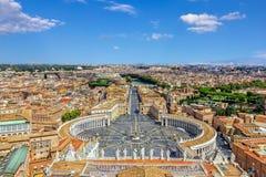 Vue sur la place du ` s de St Peter à Vatican de la basilique papale du ` s de St Peter images libres de droits