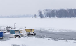 Vue sur la plage de piscine découverte sur la rivière congelée Danube Photographie stock libre de droits