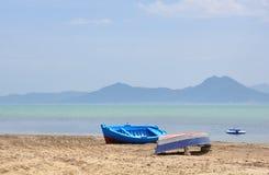 Vue sur la plage vide avec des bateaux en Tunisie photographie stock libre de droits