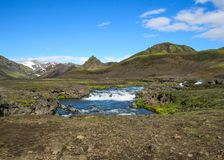 Vue sur la rivière large fonctionnant du glacier de Myrdalsjokull entouré par paysage scénique, traînée de Laugavegur, montagnes  photographie stock libre de droits