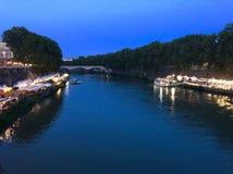 Vue sur la rivière la nuit images stock