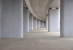 Vue sur la route sous le pont en route bétonnée photos stock