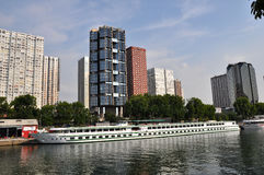 Vue sur la Seine et des gratte-ciel à Paris, France Photo stock