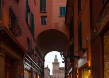 Vue sur la tour d'horloge de Palazzo Comunale à Bologna Images stock
