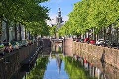 Vue sur la tour de Sint Janskerk de pont ? travers la rivi?re de Gouwe en Gouda, Pays-Bas images stock