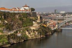 Vue sur la vieille ville sur la rivière de Douro, Porto Photographie stock libre de droits