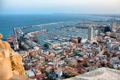 Vue sur la vieux ville et port d'Alicante du château Santa Barbara, été Espagne Photographie stock libre de droits